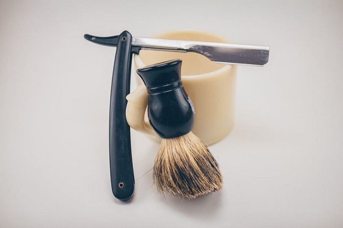straight razor and brush